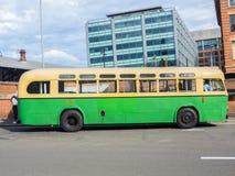 Den gröna gula tappningbussen för rundresan av CBDEN, fungerings av Sydney Bus Museum på drottningfödelsedag royaltyfria bilder