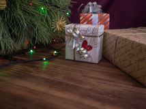 Den gröna julgranen som dekorerades med leksaker och girlanden, ledde ljus Boxas gåvor Royaltyfria Foton