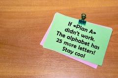 Den gröna klistermärken med en paperclip som isoleras på träbakgrund Om plan en didn& x27; t-arbete, alfabetet har 25 mer bokstäv Fotografering för Bildbyråer
