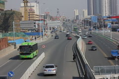 Den gröna kommande bussen Arkivbild