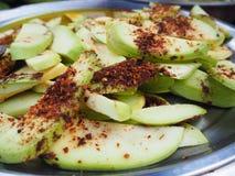 Den gröna mango med kryddigt saltar fotografering för bildbyråer