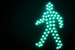 Den gröna mannen går fot- trafikljus Arkivbild