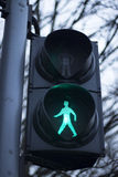 Den gröna mannen går fot- trafikljus Arkivfoton
