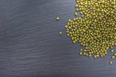 Den gröna mung bönan på svart bakgrund av kritiserar eller stenar Royaltyfri Fotografi