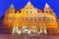Den gröna porten på natten i Gdansk Arkivfoto