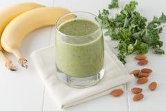 Den gröna smoothien, ingredienser inkluderar bananer som är nya Royaltyfri Bild