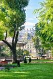 Den gröna staden parkerar på mittstaden, sommarsäsongen, ljust solljus och skuggor, det härliga landskapet, hemmet och folk på ga Royaltyfri Bild