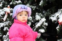 den gröna flickan little nära plattforer treen royaltyfri foto