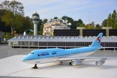 Den graderade kopian av ett Korean Air Boeing 747 flygplan på den Madurodam miniatyren parkerar Royaltyfria Bilder
