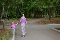 Den gravida flickan går i parkera Royaltyfria Foton