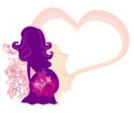 Den gravida flickan i en blommabakgrund Royaltyfria Foton