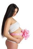Gravid flicka med rosa färgpilbågen Royaltyfri Bild