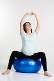 Den gravida flickan som gör andning, övar i studio fotografering för bildbyråer
