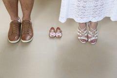 Den gravida foten av par som väntar på, behandla som ett barn Royaltyfri Foto