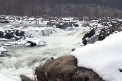 Den Great Falls vattenfallet i vinter med täckt snö vaggar royaltyfri bild