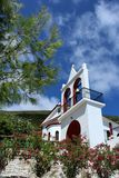 Den grekiska kyrkan med sörjer trädet och himmel Fotografering för Bildbyråer