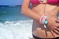 Den grekiska modellen annonserar smycken på stranden fotografering för bildbyråer