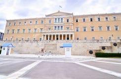 Den grekiska parlamentet med den grekiska Evzonesen tjäna som soldat SyntagmaAten Grekland Royaltyfri Fotografi
