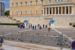 Den grekiska presidents- vakten kallade Evzoni eller Tsoliades den iklädda traditionella likformign Royaltyfri Foto