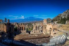 Den grekiska teatern fördärvar med Mt Etna i avstånd Arkivfoton