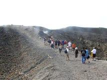 Den Grekland ö vulkan Nea Kameni i calderaen av Santorini royaltyfria bilder