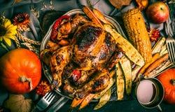 Den grillad välfylld hel kalkon eller höna med organisk skördgrönsaker och pumpa för tacksägelsematställe tjänade som på lantlig  fotografering för bildbyråer