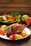 Den grillade anden tjänade som med nya grönsaker och äpplen på trät Royaltyfria Bilder
