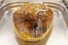 Den grillade hönan i plast- förpacka läggas ut i shoppafönstret royaltyfri bild