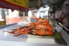 Den grillade jätte- flodräkan är en av den berömda matmenyn på Taling Chan Floating Market arkivbild