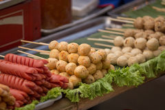 Den grillade korv- och köttbollen i thailändsk stil Arkivbild