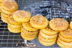 Den grillade thai maten för klibbiga ris Traditionell desse för thailändsk stil Arkivfoto