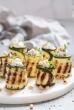 Den grillade zucchinin rullar välfyllt med gräddost Royaltyfria Foton