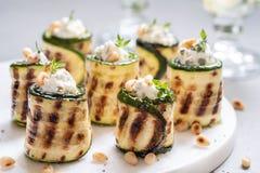 Den grillade zucchinin rullar välfyllt med gräddost Arkivbilder