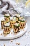 Den grillade zucchinin rullar välfyllt med gräddost Royaltyfria Bilder