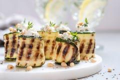 Den grillade zucchinin rullar välfyllt med gräddost Royaltyfri Bild