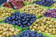 In den großen Schüsseln ausgebreitete Oliven von verschiedenen Farben Lizenzfreie Stockfotografie