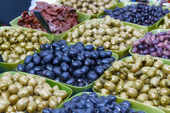 In den großen Schüsseln ausgebreitete Oliven von verschiedenen Farben, Oliven, Gurken und Fleisch Stockbilder