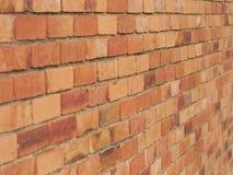 Den grova tegelstenväggen av jord och terrakottan färgade tegelstenar Royaltyfria Foton