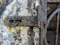 Den Grungy dörren låser på gammal historisk arrest 2 Arkivfoto