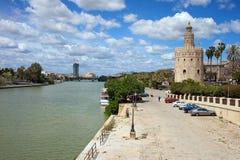 Den Guadalquivir floden och guld- står hög i Seville royaltyfri fotografi