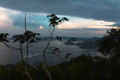 Den Guanabara fjärdsikten från socker att släntra på solnedgången arkivbild