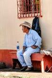 Den guatemalanska cowboyen vilar på en kyrklig bänk Fotografering för Bildbyråer