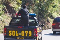 Den guatemalanska polisen på den lantliga huvudvägen Royaltyfri Fotografi