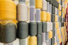 Den gul och för grå färg silk tråden köar in Arkivbilder