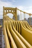 Den gula bron stöttar ståenden Royaltyfri Foto