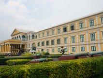 Den gula byggnaden för fasaden av departementet av försvar är ennivå regeringsdepartement av Konungariket Thailand arkivfoton