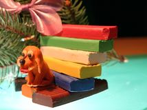 Den gula hunden är plasticine Arkivbild