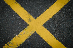 Den gula x-korsningen tecken målade på vägasfalten Royaltyfria Foton