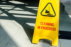 Den gula skylten visar att göra ren som är pågående Fotografering för Bildbyråer