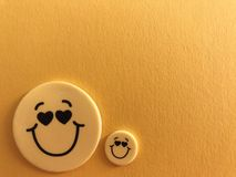 Den gula smileyen vänder mot på guling arkivfoton